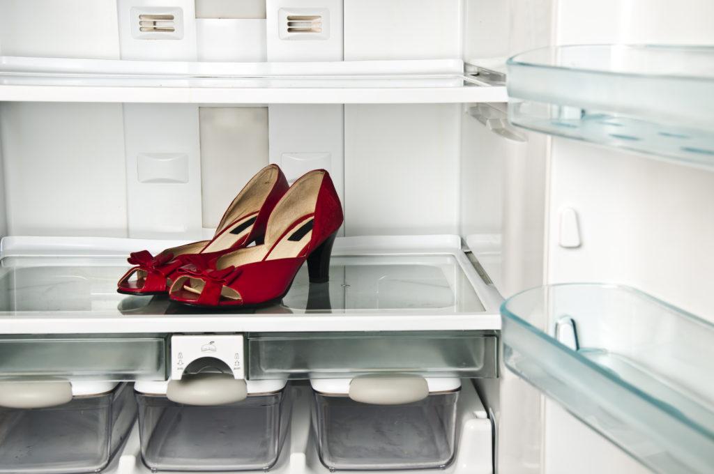 Das Susac-Syndrom kann sich auf unterschiedliche Weise äußern. Hierzu zählen neben Kopfschmerzen, Seh- und Hörstörungen auch verwirrte Handlungen, wie das Platzieren der Schuhe im Kühlschrank. (Bild: fuzzbones/fotolia.com)