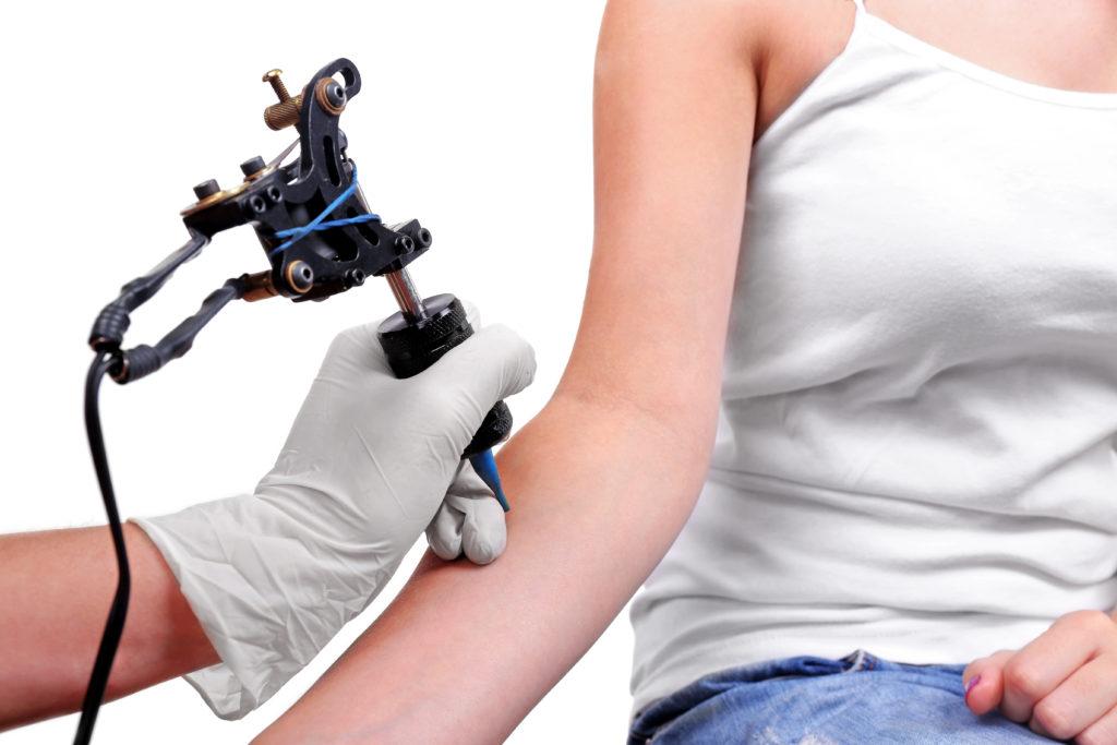 Im Vorfeld einer Tätowierung sollten bei der Auswahl des Tattoo-Studios einige Details beachtet werden und idealerweise wird auch die Haut schon auf die Tätowierung vorbereitet. (Bild: Africa Studio/fotolia.com)