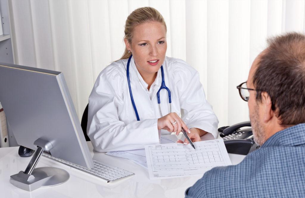 Wenn wir zum Arzt gehen, erwarten wir eine Behandlung, die uns möglichst schnell von unseren Beschwerden befreit. Es gibt allerdings viele Arten der Behandlung, die einfach nur unnötig und teuer sind. (Bild: Gina Sanders/fotolia.com)
