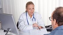 Wenn wir zum Arzt gehen, erwarten wir eine Behandlung die uns möglichst schnell von unseren Beschwerden befreit. Es gibt allerdings viele Arten der Behandlung, die einfach nur unnötig und teuer sind. (Bild: Gina Sanders/fotolia.com)