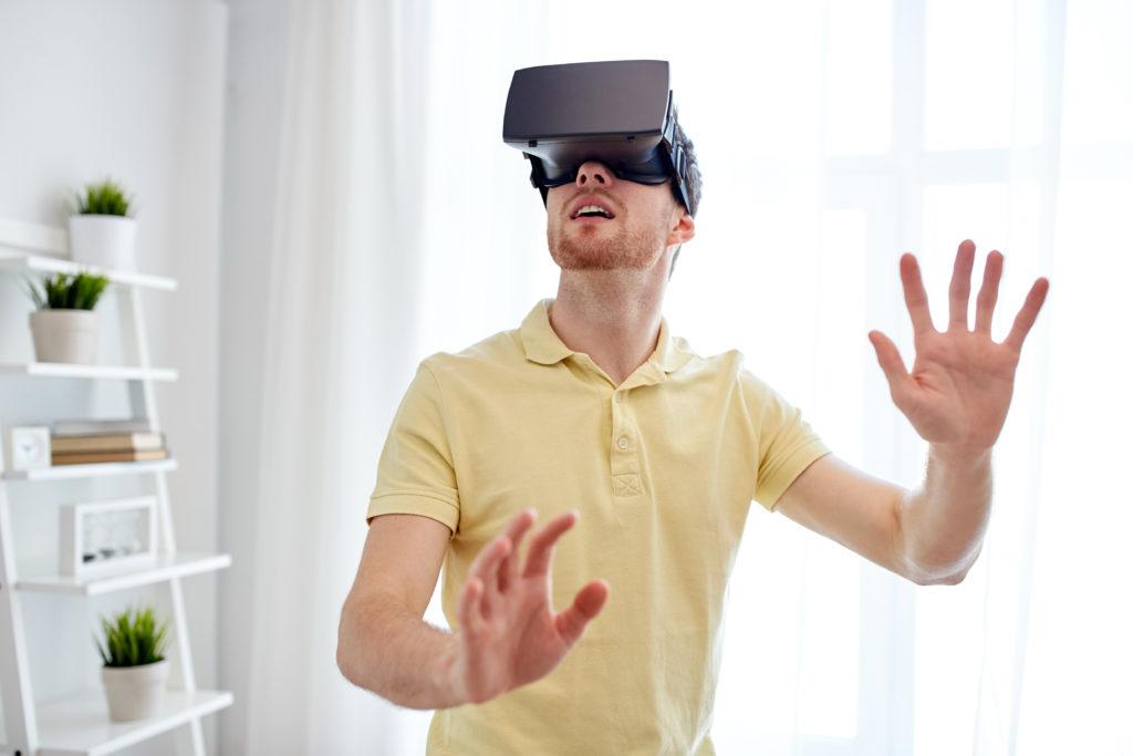 Wissenschaftler fanden jetzt heraus, dass mit der Hilfe von sogenannten Virtual-Reality-Geräten psychische Erkrankungen wie beispeilsweise Paranoia effektiv behandelt werden können. (Bild: Syda Productions/fotolia.com)