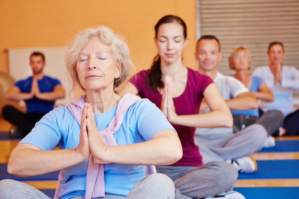 Die indische  Lehre Yoga wird auch in Europa immer beliebter. Yoga ist eine der sechs klassischen Schulen (Darshanas) der indischen Philosophie. Einige meditative Formen von Yoga legen ihren Schwerpunkt auf die geistige Konzentration, andere mehr auf körperliche Übungen. (Bild: Robert Kneschke/fotolia.com)
