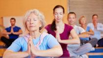 Yoga ist eine indische  Lehre, die auch in Europa immer beliebter wird. Yoga ist eine der sechs klassischen Schulen (Darshanas) der indischen Philosophie. Einige meditative Formen von Yoga legen ihren Schwerpunkt auf die geistige Konzentration, andere mehr auf körperliche Übungen. (Bild: Robert Kneschke/fotolia.com)