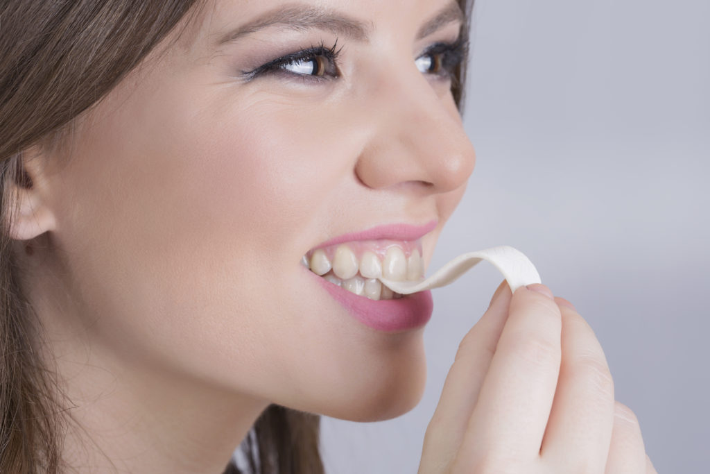 Hat man nach einem zuckerhaltigen Essen keine Zahnbürste zur Hand, kann man auch zu einem zuckerfreien Kaugummi greifen, um die Zähne zu schützen. (Bild: dexailo/fotolia.com)