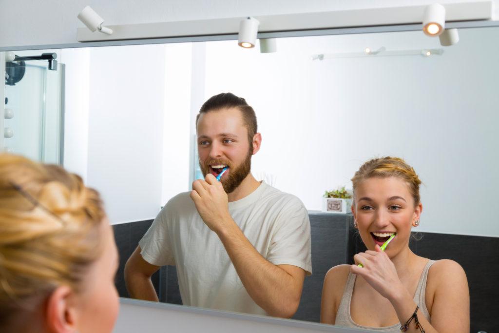 Mindestens zweimal am Tag sollte man sich die Zähne putzen, um Karies und Parodontitis vorzubeugen. Besonders wichtig ist das Putzen vor dem Schlafengehen. (Bild: tournee/fotolia.com)