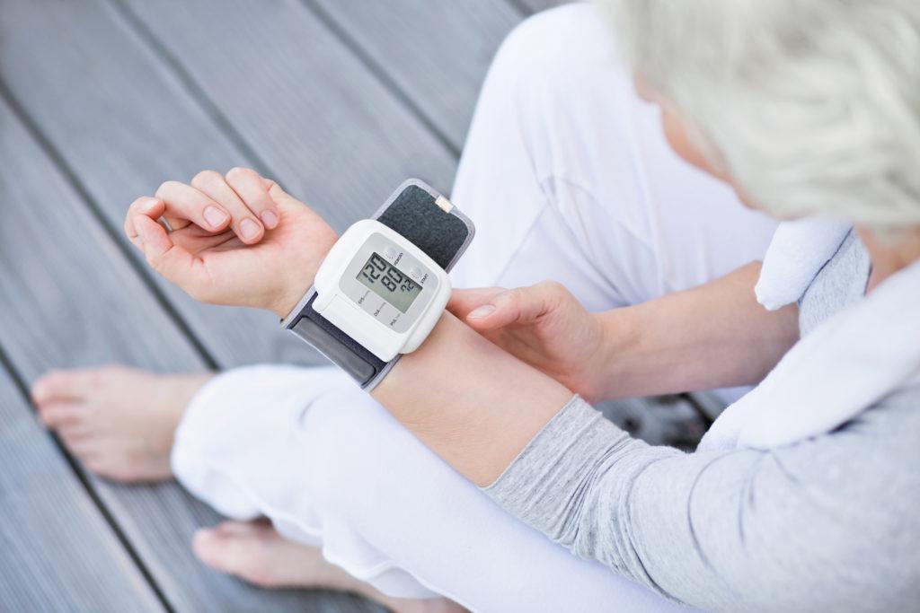 Frauen in den Wechseljahren sollten unbedingt regelmäßig ihren Blutdruck überprüfen. (Bild: jd-photodesign/fotolia.com)