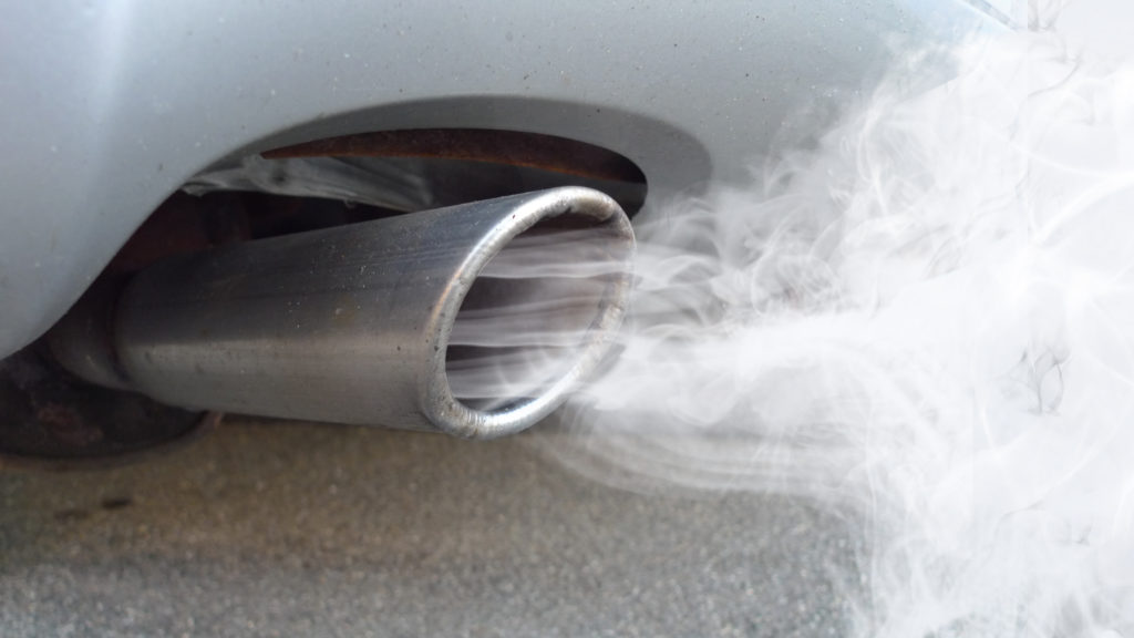 Autos und Kraftwerke verunreinigen die Luft mit ihren Abgasen. Dadurch können gesundheitliche Probleme entstehen, wie beispielsweise Bluthochdruck. (Bild: fotohansel/fotolia.com)