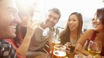 Anlässlich des Weltdrogentages warnen Gesundheitsexperten vor zu hohem Alkoholkonsum. Wer zu viel trinkt, riskiert seine Gesundheit. Deutsche konsumieren deutlich mehr Alkohol als andere. (Bild: Monkey Business/fotolia.com)