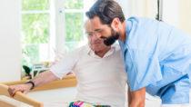 Eine aktuelle Recherche zeichnet ein besorgniserregendes Bild von deutschen Pflegeeinrichtungen. Demnach werden in vielen Heimen Patienten beispielsweise nicht richtig mit Medikamenten versorgt. (Bild: Kzenon/fotolia.com)