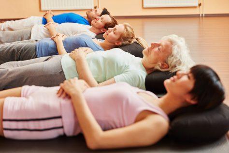 Betroffene, die unter einem Reizdarm leiden, profitieren oft von Entspannungsverfahren wie Meditation oder autogenem Training. (Bild: Robert Kneschke/fotolia.com)