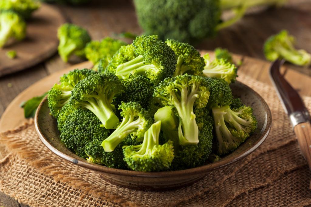 Brokkoli schmeckt gut und ist gesund. Forscher entdeckten jetzt Gene im Brokkoli, welche die Anhäufung von phenolischen Verbindungen in dem Gemüse steuern. Nun versuchen Experten neue Züchtungen zu entwickeln, die noch mehr gesundheitliche Vorteile bringen. (Bild: Brent Hofacker/fotolia.com)