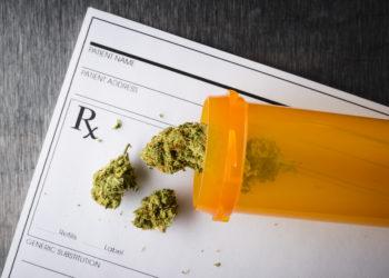 Im März tritt ein neues Gesetz in Kraft, das es ermöglicht, dass schwer kranke Patienten von ihrem Arzt Cannabis-Arznei verordnet bekommen können. Die Kosten werden von der gesetzlichen Krankenversicherung erstattet. (Bild: goodmanphoto/fotolia.com)