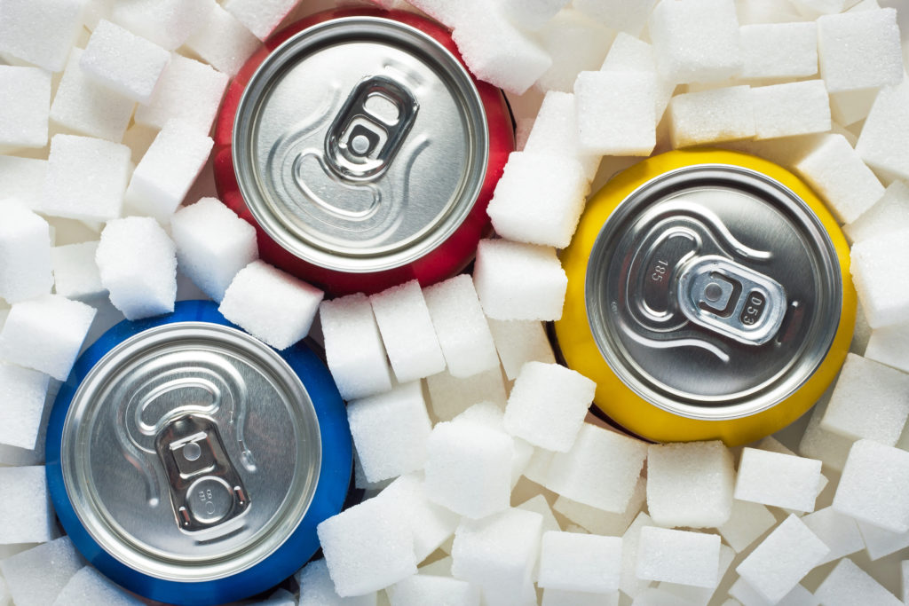 Obwohl zahlreiche Studien zeigen, dass Zuckergetränke Übergewicht, Fettleibigkeit und Diabetes fördern, wird während der Fußball-EM fleißig für Cola und Co geworben. Foodwatch wirft dem Deutschen Fußball-Bund nun Doppelmoral vor. (Bild: airborne77/fotolia.com)