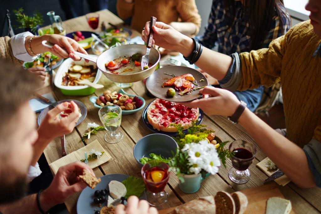 Es ist nicht nur wichtig nicht zu viel zu essen, sondern auch seine Mahlzeiten regelmäßig zu sich zu nehmen. Aus diesem Grund sind besonders geregelte Mahlzeiten mit der ganzen Familie wichtig, um dadurch gesunde Essgewohnheiten an unsere Kinder weiterzugeben. (Bild: pressmaster/fotolia.com)