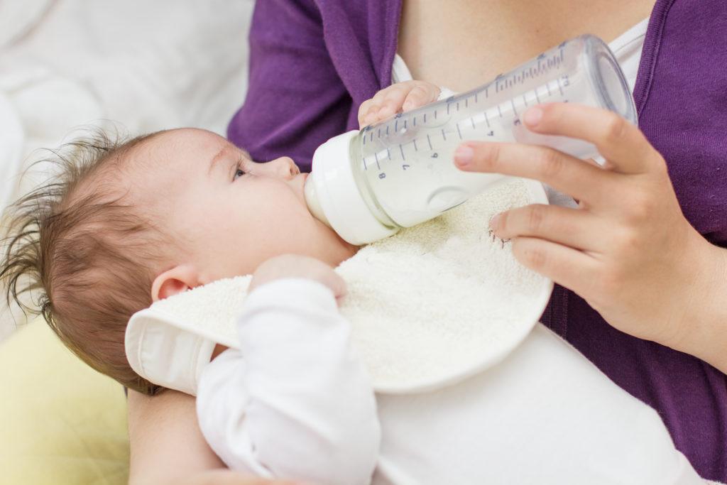 Pre-Milch enthält offenbar häufig Schadstoffe. Diese überschreiten zwar keine Höchstmengen, könnten aber von Herstellerseite vermieden werden, berichtet die Stiftung Warentest. (Bild: Mita Stock Images/fotolia.com)