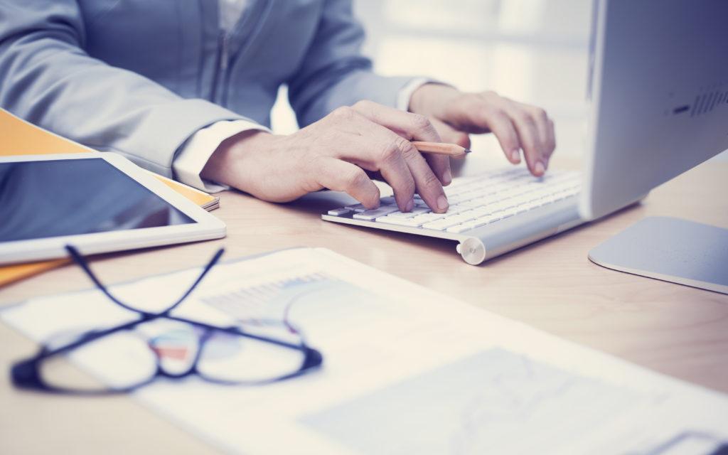Lange Arbeitszeiten stellen für die Gesundheit von Frauen eine besondere Bedrohung dar. (Bild: sebra/fotollia.com)