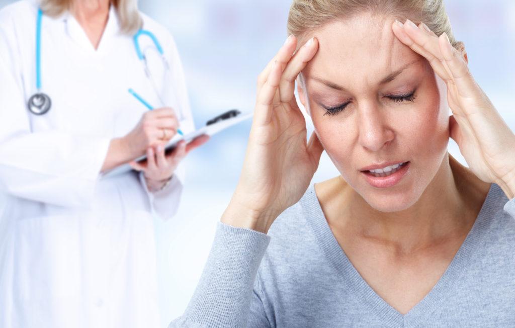 Wenn Menschen unter Migräne leiden, sind die Schmerzen meist unerträglich. Noch schlimmer können allerdings die Auswirkungen von Migräne auf unser späteres Leben sein. Frauen mit Migräne haben eine erhöhtes Risiko für die Entstehung von Herzinfarkten und Schlaganfällen. (Bild: Kurhan/fotolia.com)