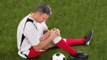 Hobbyfußballer überschätzen oftmals die eigenen Fähigkeiten und wärmen sich zudem unzureichen auf, wodurch das Verletzungsrisiko deutlich steigt. (Bild: Andrey Popov/fotolia.com)