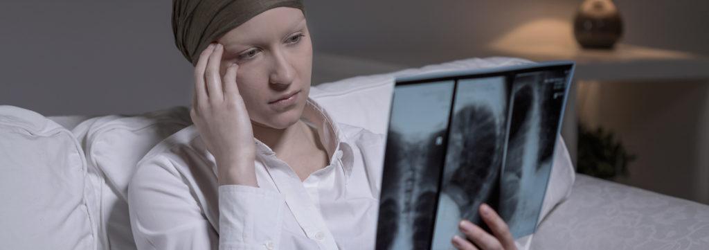 Betroffene leben bei Gehirnkrebs meist nur noch wenige Monate. Eine neuartige virale Behandlung ermöglicht den Patienten jetzt, längere Zeit und ohne Nebenwirkungen weiterzuleben. Manche Patienten lebten sogar mehr als zwei Jahre länger. (Bild: Photographee.eu/fotolia.com)