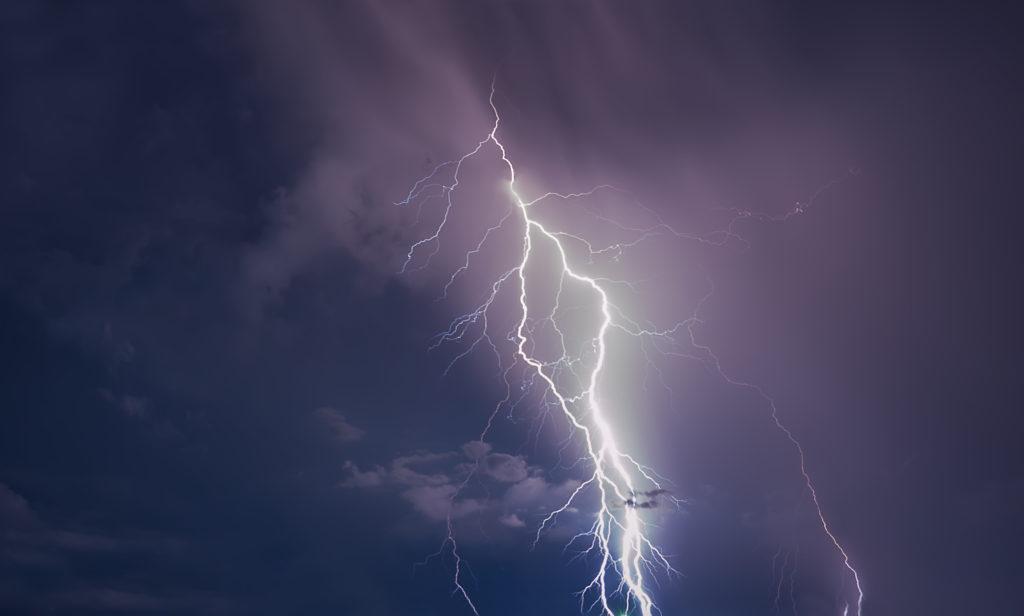 Um bei Gewitter nicht vom Blitz getroffen zu werden, sind gewisse Verhaltensregeln zu beachten. (Bild: devmarya/fotolia.com)