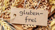 Menschen, die an Zöliakie leiden, müssen sich konsequent glutenfrei ernähren. Ein bestimmtes Symbol auf Lebensmitteln zeigt Betroffenen, dass die Ware glutenfrei ist. (Bild: photocrew/fotolia.com)
