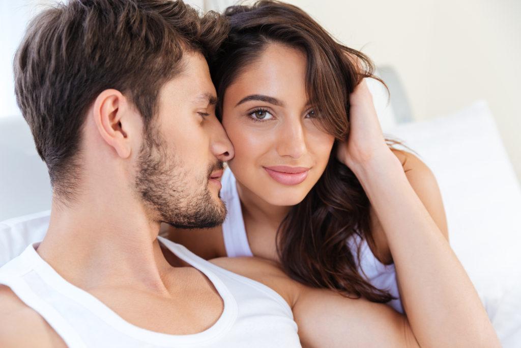 Viele Paare versuchen verzweifelt ihr Liebesleben zu verbessern. Es gibt anscheinend einen einfachen Trick, der den meisten Paaren helfen könnte, das Problem zu bewältigen. Teilen Sie sich einfach die gesammte Hausarbeit und entlasten Sie Ihren Partner. (Bild: vadymvdrobot/fotolia.com)