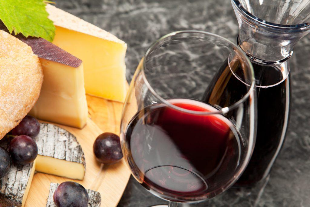 Histamin ist in zahlreichen Lebensmitteln, wie beispielsweise auch in Käse und Rotwein zu finden. (Bild: steinerpicture/fotolia.com)