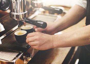 Für viele Menschen ist Kaffee ein praktisch unerlässlicher Teil ihres Alltages. Sie können nun beruhigt weiter genießen, ein erhöhtes Krebsrisiko entsteht durch den Kaffeeonsum nicht. (Bild: Rawpixel.com/fotolia.com)