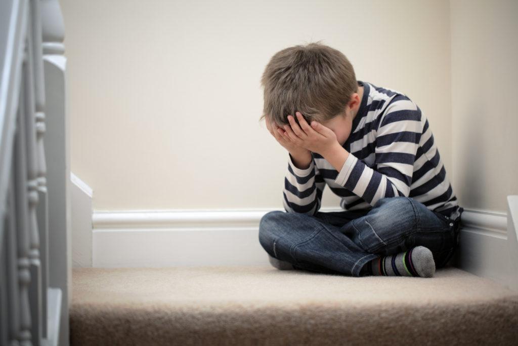 Wenn Kinder unter Depressionen leiden, benötigen sie dringend Hilfe. Leider stellten jetzt Wissenschaftler fest, dass fast alle Medikamente gegen Depressionen bei Kindern kaum eine heilende Wirkung haben. (Bild: Brian Jackson/fotolia.com)