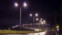 Immer mehr Straßenbeleuchtung wird auf LED Lampen umgestellt. Dadurch entstehen allerdings Gefahren für unser Gehirn und den Straßenverkehr. (Bild: Haz/fotolia.com)