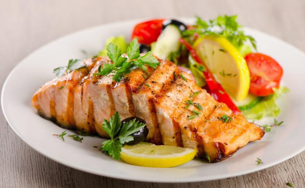 Gesunder Fisch trotz hohem Fettgehalt: Das Omega-3 im Lachs kann unter anderem erhöhte Blutfettwerte regulieren. (Bild: bit24/fotolia.com)