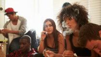Gesundheitsexperten und Jugendschützer warnen vor den Gefahren sogenannter Legal Highs. Die Kräutermischungen können mitunter sogar zum Tode führen. (Bild: Monkey Business/fotolia.com)