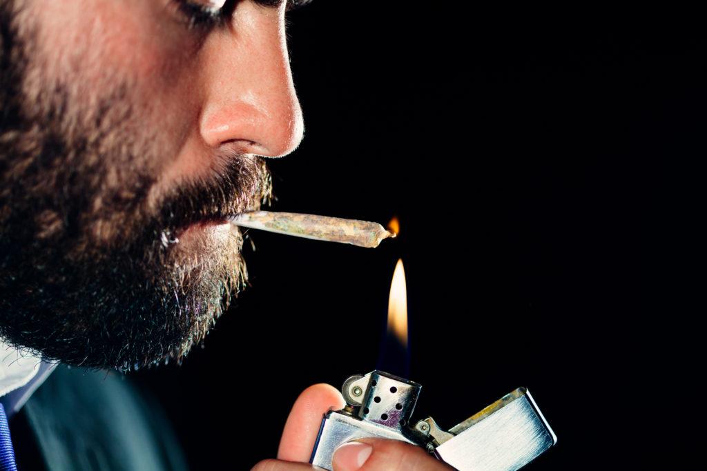 Das Rauchen von Marihuana scheint unserer körperlichen Gesundheit nicht ernsthaft zu schaden. Außer Zahnfleischerkrankungen konnten Forscher keine anderen nennenswerten körperlichen Nachteile des Konsums feststellen. (Bild: ShutterDivision/fotolia.com)