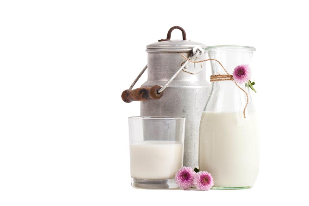 Milch gilt seit jeher als gesundes Naturprodukt. Offenbar kommt es aber darauf an, welche Milch getrunken wird. Bei entrahmten Produkten steigt die Gefahr, Pickel zu bekommen. (Bild: Jenny Sturm/fotolia.com)