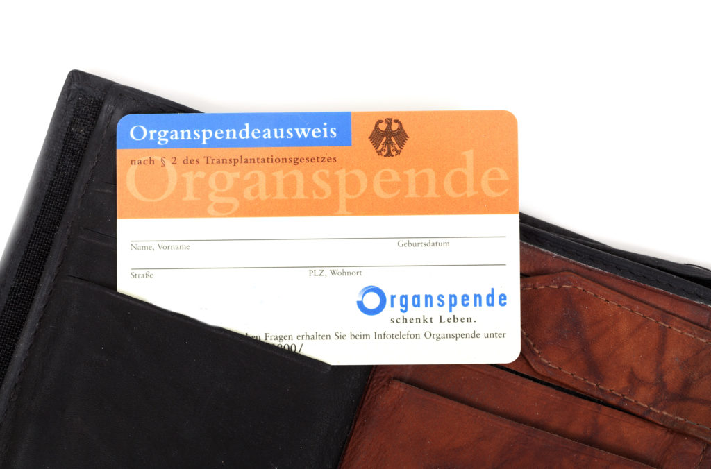 Deutschland benötigt mehr Organspender. Jeden Tag versterben drei Menschen, weil keine passenden Organspender zur Verfügung stehen. Dabei ist es so einfach einen Spendeausweis zu beantragen. (Bild: Dreadlock/fotolia.com)