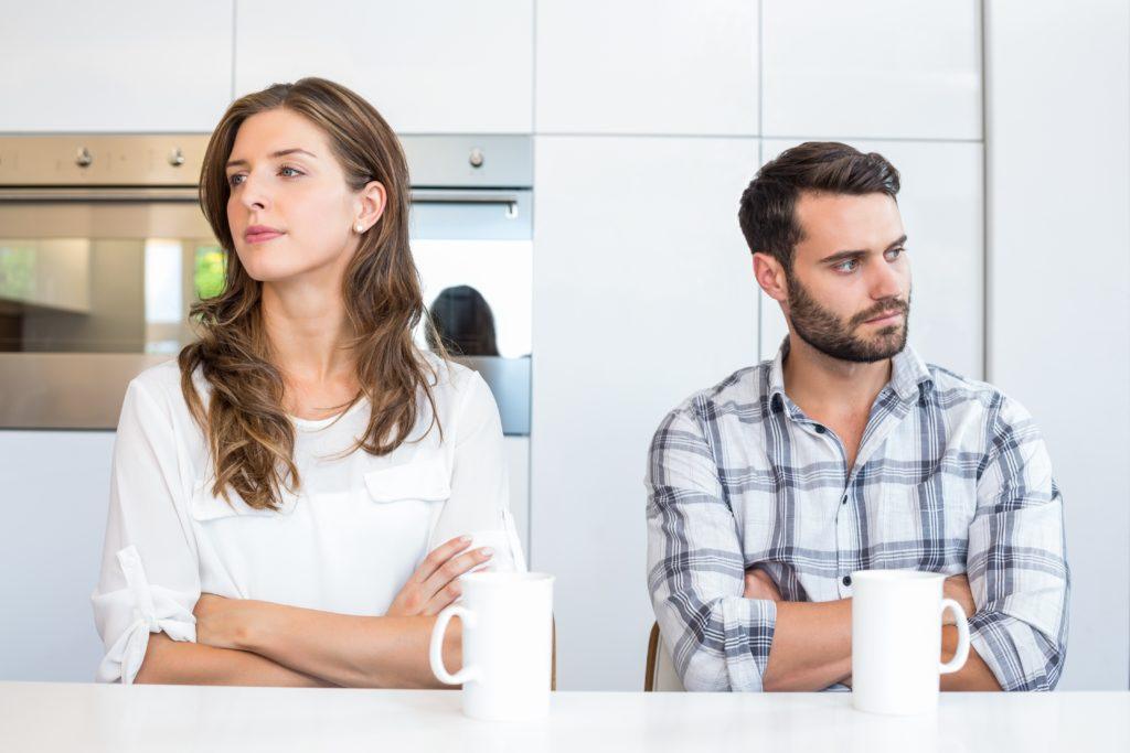 Paare, in deren Beziehungen es kriselt, bekommen oft gut gemeinte Ratschläge zu hören. Sinnvoller kann es sein, professionelle Beratungsstellen aufzusuchen. Dort können Stärken der Partnerschaft herausgearbeitet werden. (Bild: WavebreakmediaMicro/fotolia.com)