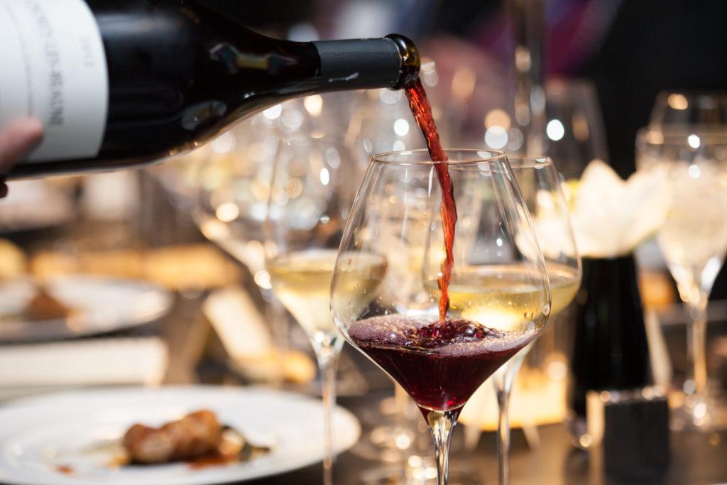 Nicht jeder Mensch verträgt Rotwein. Bei manchen kommt es schon nach kleinen Mengen zu Hautrötungen und Atembeschwerden. Schuld daran kann das enthaltene Histamin sein. (Bild: suwanphoto/fotolia.com)