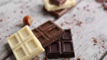 Schokolade jeglicher Art schmeckt gut, hat aber auch den Nachteil, dass sie viel Fett enthält. Wissenschaftler entdeckten jetzt einen neuen Prozess, durch den Schokolade fettarmer hergestellt werden kann. (Bild: Africa Studio/fotolia.com)