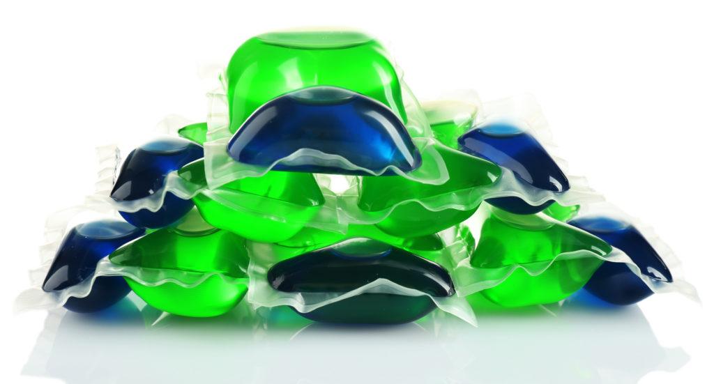 Wäsche-Kapseln werden oft von kleinen Kindern mit Süßigkeiten verwechselt. Problematisch ist dabei, dass diese Kapseln giftige Chemikalien enthalten. (Bild: Africa Studio/fotolia.com)