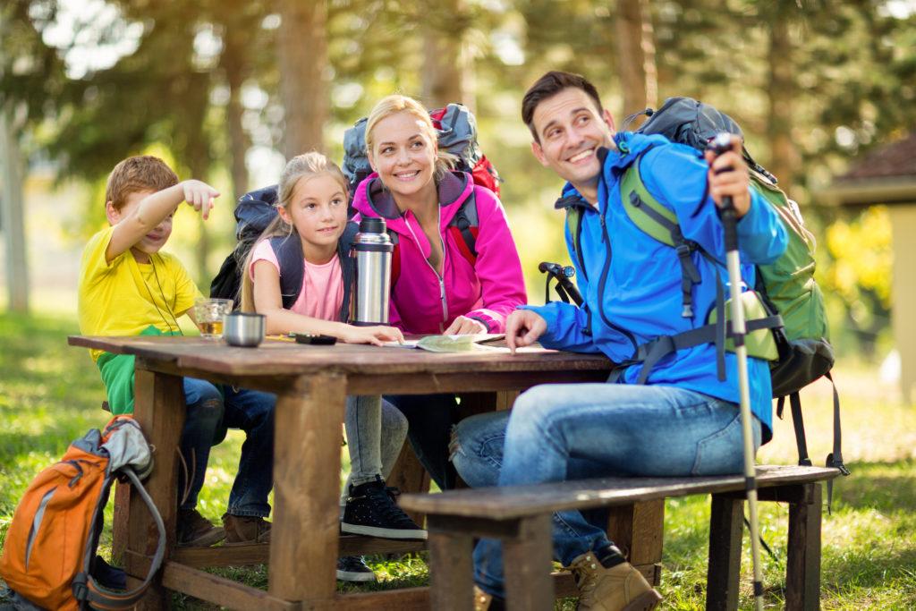 Wandern ist eine der beliebtesten Freizeitbeschäftigungen der Deutschen. Die Outdoor-Aktivität ist gesund, doch es lauern auch Gefahren. Unter anderem durch Zecken, die Krankheiten übertragen können. (Bild: Igor Mojzes/fotolia.com)