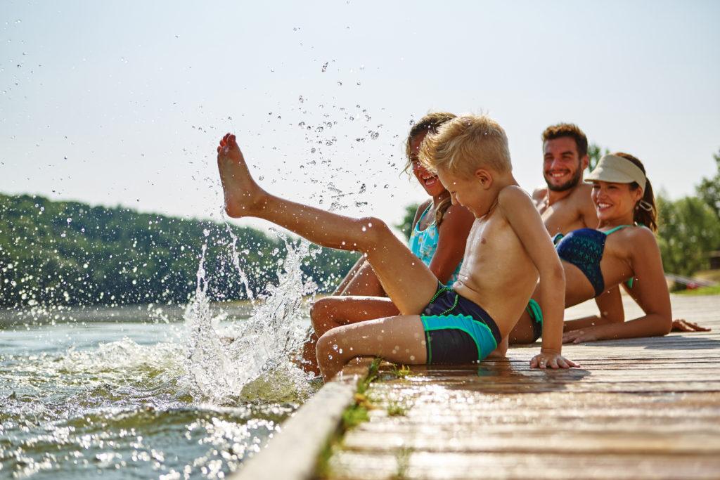 Das Baden in Seen und Flüssen bringt einige Risiken mit sich. In Amerika starb jetzt ein 18-jähriges Mädchen durch eine Infektion des Gehirns. Diese wurde durch eine Amöbe ausgelöst, welche die Teenagerin über das Wasser aufgenommen hatte. (Bild: Robert Kneschke/fotolia.com)