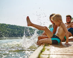 Das Baden in Seen und Flüssen bringt einige Risiken mit sich. In Amerika starb jetzt ein 18 jähriges Mädchen durch eine Infektion des Gehirns. Diese wurde durch eine Amöbe ausgelöst, welche der Teenager über das Wasser aufgenommen hatte. (Bild: Robert Kneschke/fotolia.com)
