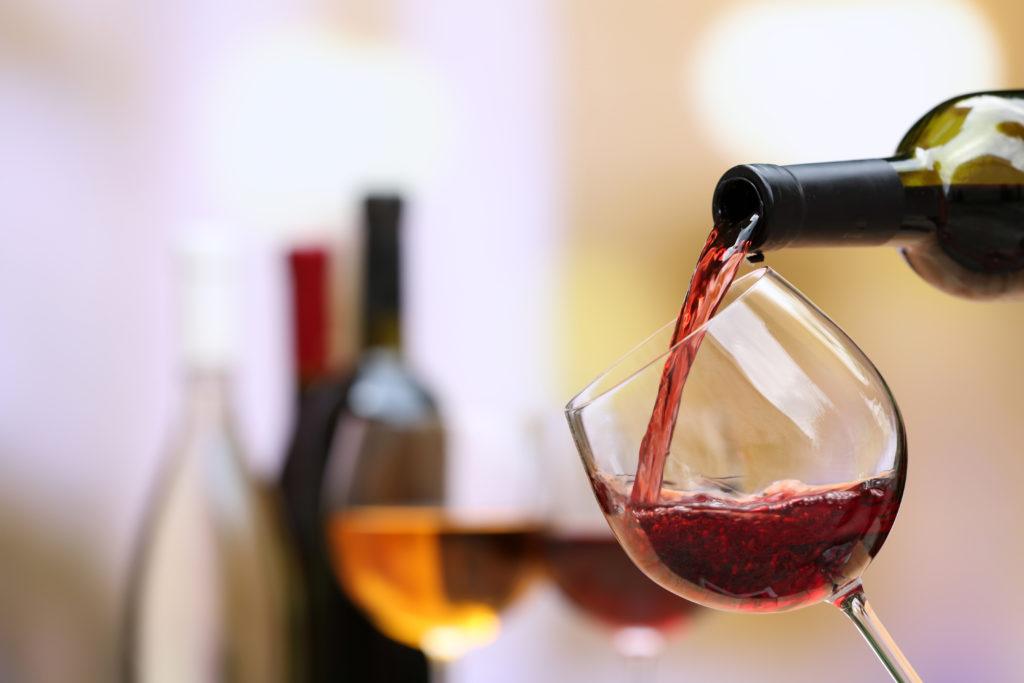 Die Größe macht nicht immer den Unterschied. Bei Weingläsern anscheinend schon. Wenn wir größere Weingläser nutzen, trinken wir auch mehr Wein dadurch. (Bild: Africa Studio/fotolia.com)