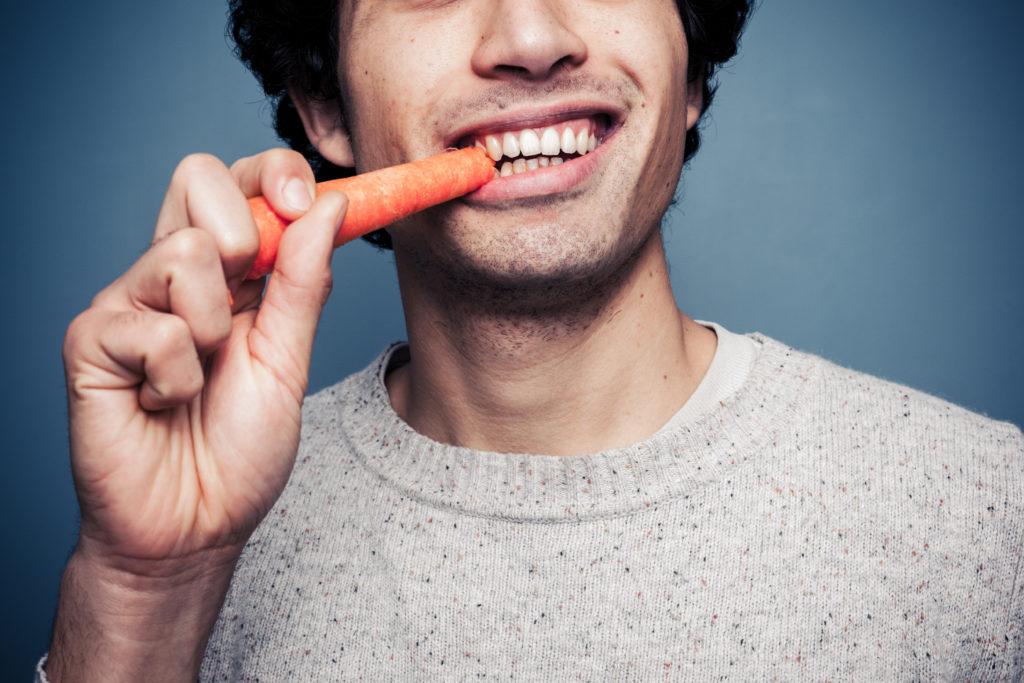 Wir lernen schon als Kinder, dass bestimmte Lebensmittel nicht gut für unsere Zähne sind. Andere wiederum dienen jedoch der Zahngesundheit. Karotten und Vollkornprodukte sind nur einige davon. (Bild: LoloStock/fotolia.com)