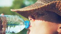 Wasser trinken ist bei warmen Temperaturen besonders wichtig, um den Körper gesund zu halten. (Bild: Ivan Kruk/fotolia.com)