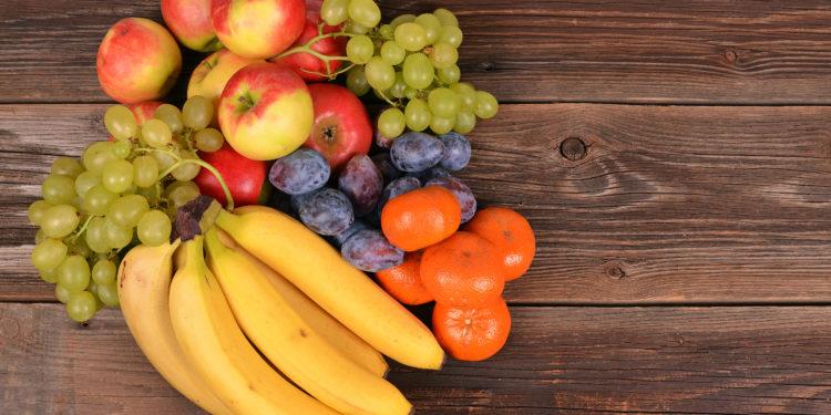 Verschiedene frische Früchte auf einem Tisch