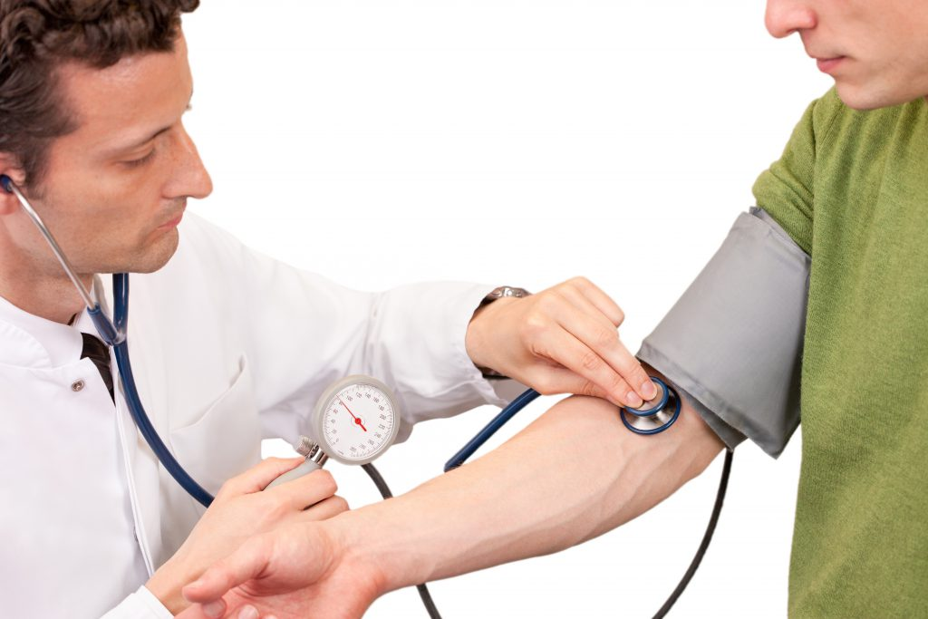 Bluthochdruck ist die häufigste Ursache für eine Herzwandverdickung. Frühe Warnzeichen wie Schlafstörungen oder eine verminderte Leistungsfähigkeit sollten daher immer ernst genommen werden. (Bild: eyetronic/fotolia.com)