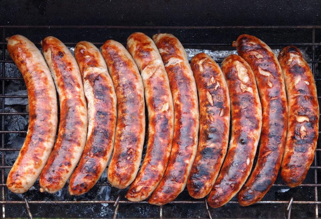 Ökotest hat Bratwürstchen untersucht und ist zu einem erschreckenden Ergebnis gekommen. Fleisch-Fans sollten daher lieber über leckere Alternativen für die nächste Grill-Party nachdenken. (Bild: Pixelmixel/fotolia.com)