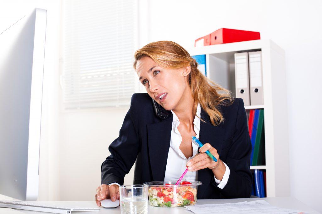 Stress und Zeitdruck führen oft dazu, dass wir unser Essen herunter schlingen. Dabei wird übermäßig viel Luft verschluckt, was schnell zu einem Blähbauch führen kann. (Bild: plprod/fotolia.com)
