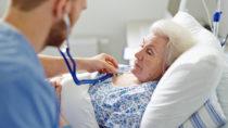Bei vielen älteren Menschen kommt nach einer OP zu einem Zustand starker Verwirrtheit. (Bild: pressmaster/fotolia.com)